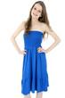 Lachende junge Frau in blauem Strandkleid