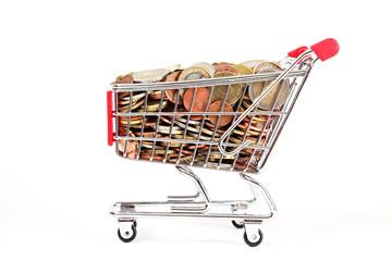 Einkaufswagen mit Euromünzen auf weiß isoliert