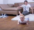 Neugieriges Kind liegt auf dem Boden