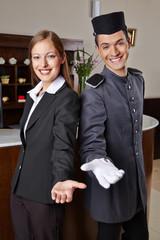 Rezeptionist und Hotelpage im Hotel