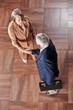 Zwei ältere Geschäftsleute im Hotel