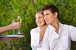 Kellner bringt Paar Champagner