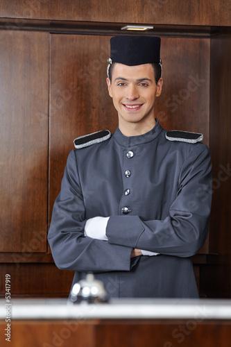 Concierge im Hotel mit verschränkten Armen