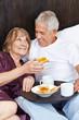 Senioren frühstücken im Bett