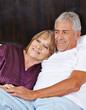Verliebtes Seniorenpaar im Bett