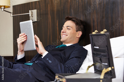 Manager mit Tablet PC im Hotel