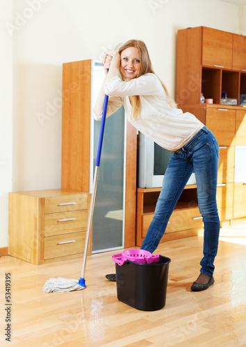 Фото моющей пол девушки 1 фотография
