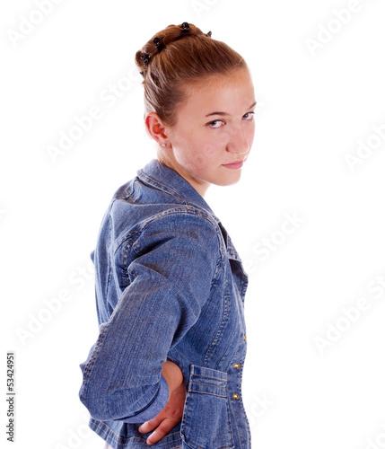Mädchen blickt über Schulter