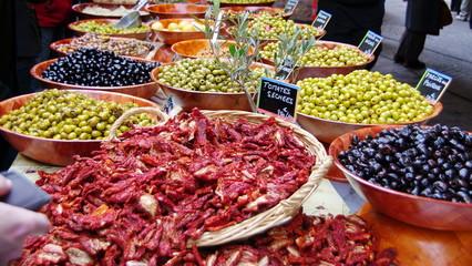 étal d'olives au marché