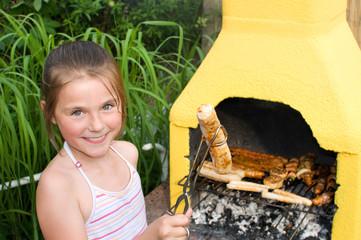 Mädchen beim Grillen
