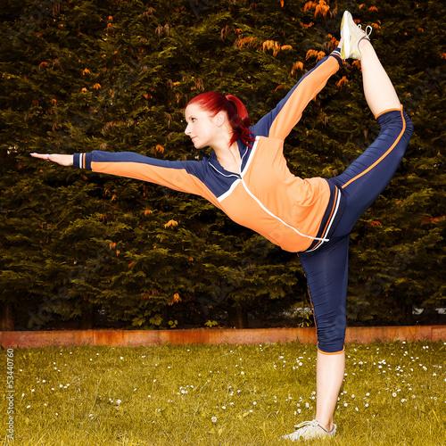rothaarige Frau beim Yoga