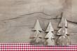 Weihnachtskarte klassisch rustikal kariert in Rot mit Holz