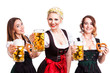 3 attraktive junge Frauen in Dirndls mit Bierkrügen