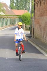 garçon faisant du vélo
