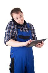 Genervter Handwerker mit Handy und Tablet-Pc