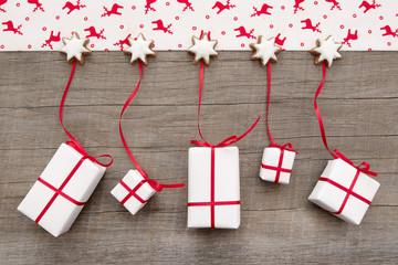 Weihnachtsgeschenke auf Holz in Rot und Weiß