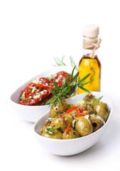 Marinierte getrocknete Tomaten und Oliven mit Olivenöl