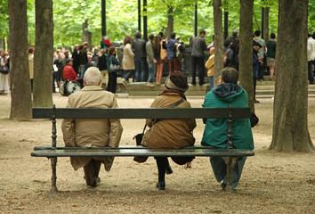 personnes agées sur un banc