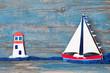 Sommerlicher Hintergrund aus Holz in Blau mit Segelboot