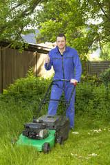 Mann bei der Gartenarbeit