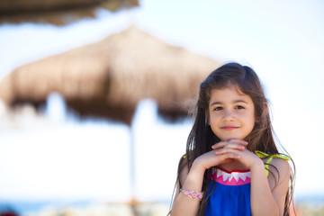 Bella bambina in vacanza al mare