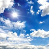 Sommerlicher Himmel mit weißen Wolken und Sonne
