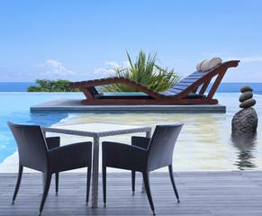 balcon sur piscine à débordement