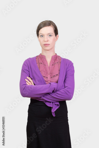 Junge Frau schaut streng