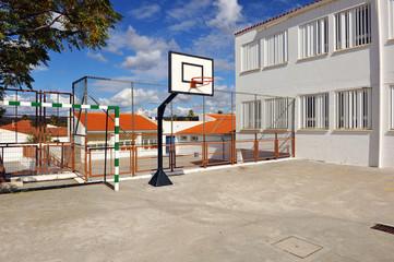 Cancha de basket en la escuela