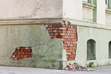 Hausfassade muss saniert werden - der Putz fällt ab