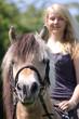 Reiterin mit Fjordpferd - Hochformat