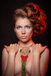 Девушка в греческом ожерелье