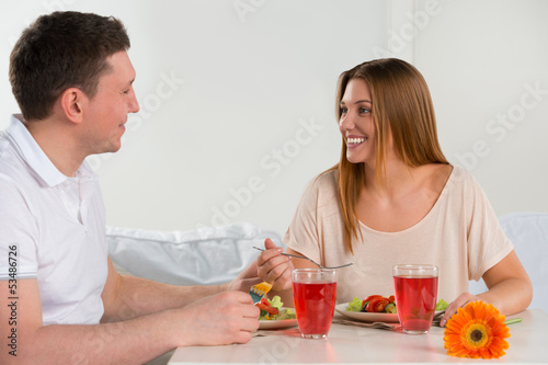 Happy couple eating vegetable salad
