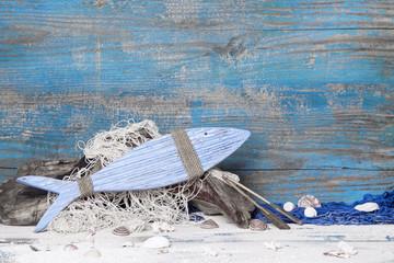 Blauer Holz Hintergrund mit Fisch - am Meer mit Strand