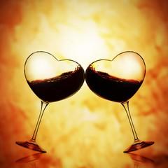 Brindisi fra due calici a forma di cuore