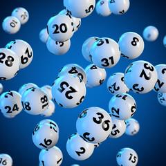 Lottokugeln rollen auf blauem Hintergrund