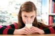 Mädchen trinkt frische Milch