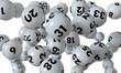 Lottokugeln fallen auf weißem Hintergrund