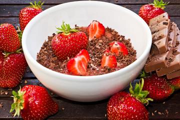 frische Erdbeeren, Rhabarberkompott und Schokolade