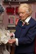 vieille dame dans magasin de lingerie