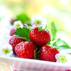 Reife Erdbeeren und Blüten