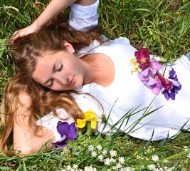 Junge, schlafende Frau auf Sommerwiese