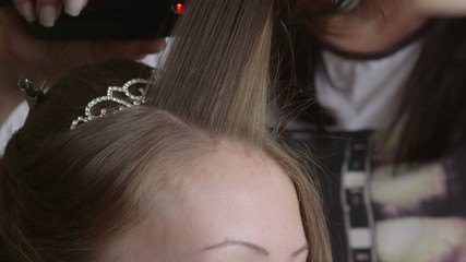 Making wedding hairstyle at salon