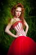 Модная девушка с макияжем в лесу