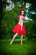 Девушка в красном в лесу