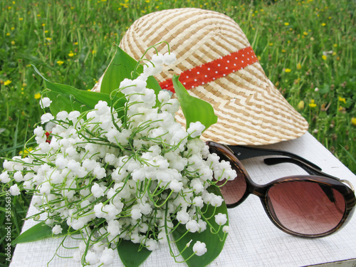 Papiers peints Muguet de mai bouquet of lily of the valley flowers sunglasses and hat
