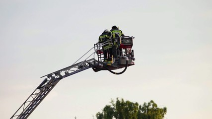 Feuerwehr im Einsatz mit einer Drehleiter