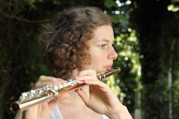 romantische Flötenspielerin