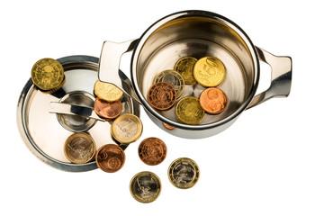Ein Kochtopf mit wenigen Euromünzen,