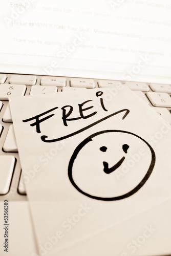 Notiz auf Computer Tastatur: Frei